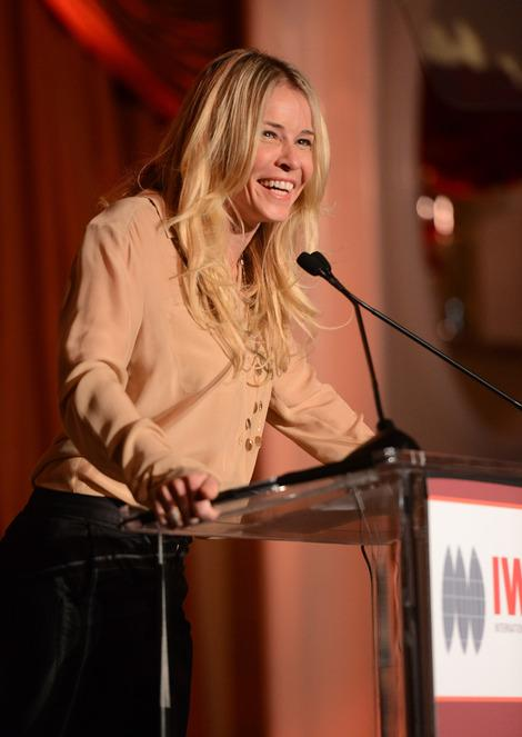 Chelsea Handler, Olivia Munn and Annette Bening Help Honor Brave Women at the Courage in Journalism Awards