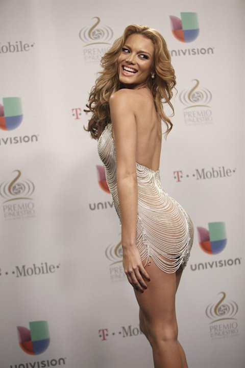 MIA427. MIAMI (FL,EEUU), 21/02/2013.- La exmiss universo 2006 la puertorriquea Zuleyka Rivera posa hoy, jueves 21 de febrero de 2013, al llegar a la vigsimo quinta gala de entrega de los Premios Lo 