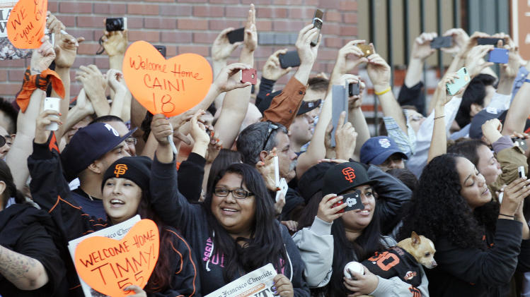 Thousands of fans line up for SF Giants parade