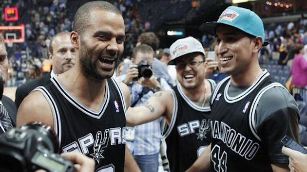 San Antonio Spurs' Tony Parker (L) celebrates after the Spurs eliminated the Memphis Grizzlies to win the NBA Western Conference final play-offs (Reuters)