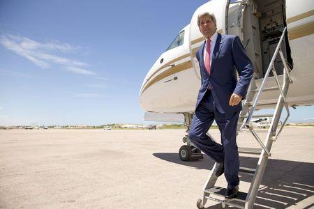 Kerry makes surprise visit to Somalia, meets top officials