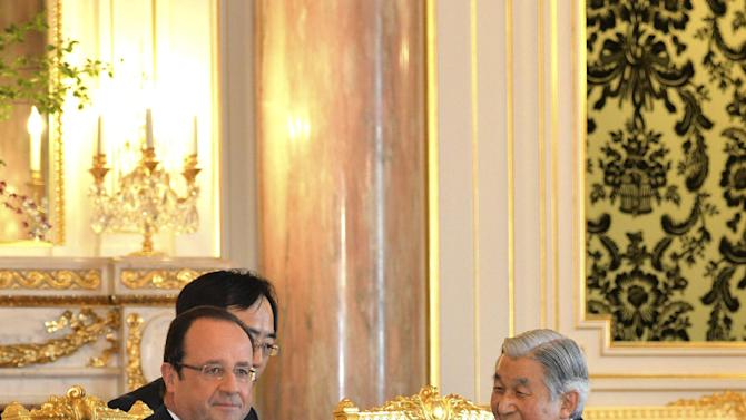 French President Francois Hollande, left, talks with Japan's Emperor Akihito at the Akasaka Palace state guesthouse in Tokyo Saturday, June 8, 2013. Hollande is currently on a three-day visit to Japan. (AP Photo/Yoshikazu Tsuno, Pool)