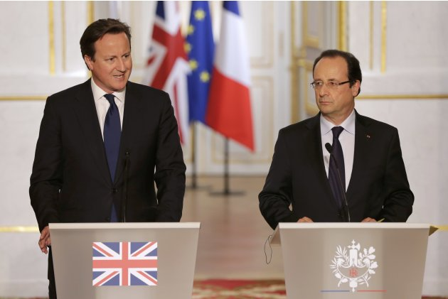 France's President Hollande aand Britain's Prime Minister Cameron attend a news conference at the Elysee Palace in Paris