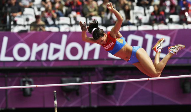 La rusa Yelena Isinbayeva en accin durante las preliminares del salto con prtiga de los Juegos Olmicos el 4 de agosto del 2012 en Londres. Isimbayeva ir por su tercer oro seguido el lunes. (AP Photo/David J. Phillip)