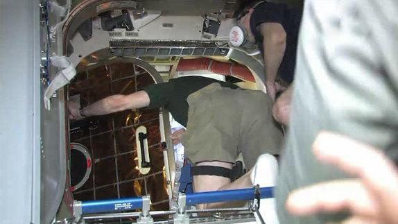 Enter the Dragon: Astronauts Open 1st Private Capsule at Space Station
