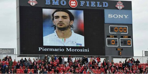 Il ricordo di Piermario Morosini varca anche l&amp;#39;Atlantico: la sua immagine sul mega-schermo prima della partita di MLS fra Toronto e Chivas (Reuters)