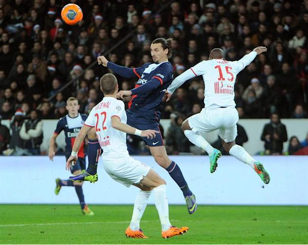 . Paris (France), 22/12/2013.- PSG striker Zlatan Ibrahimovic (C) fights for the ball with Lille LOSC players David Rozehnal (L) and Djibril Sidibe during the French Ligue 1 soccer match between Paris