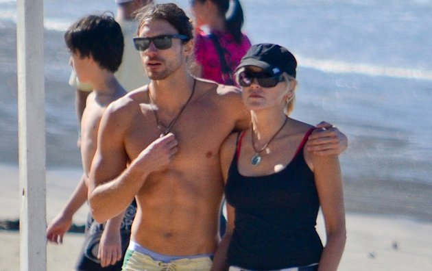 PHOTO Sharon Stone et son mannequin de 27 ans à la plage