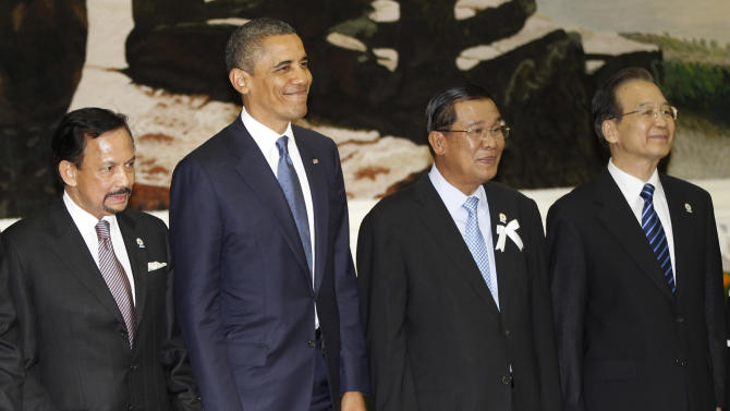 Participants from left, Brunei's Sultan Hassanal Bolkiah, U.S. President Barack Obama, Cambodia's Prime Minister Hun Sen and China's Premier Wen Jiabao smile during a family picture session before the East Asia Summit Plenary Session in Phnom Penh, Cambodia, Tuesday, Nov. 20, 2012.  (AP Photo/Vincent Thian)