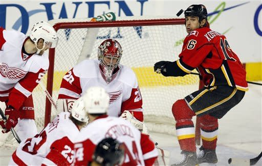 Glencross' 2 goals lead Flames past Red Wings, 3-2