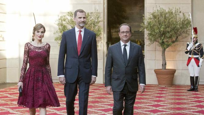 French President Hollande arrives with Spain's King Felipe VI and Queen Letizia as they attend a state dinner at the Elysee Palace in Paris