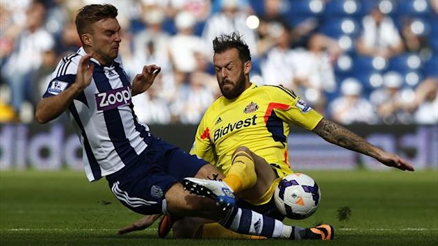 Sunderland's Steven Fletcher (R) challenges West Bromwich Albion's James Morrison during their English Premier League soccer match at The Hawthorns in West Bromwich, central England, September 21, 2013 (Reuters)