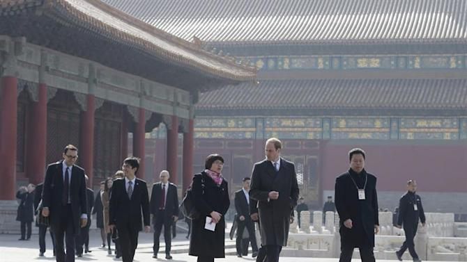 . Beijing (China), 02/03/2015.- Britain's Prince William (2-R, front), Duke of Cambridge is guided by Chinese officials as he tours the Forbidden City during his first visit in Beijing, China, 02 March 2015. Prince William is in China on a four-day visit. (Duque Duquesa Cambridge) EFE/EPA/ANDY WONG/POOL