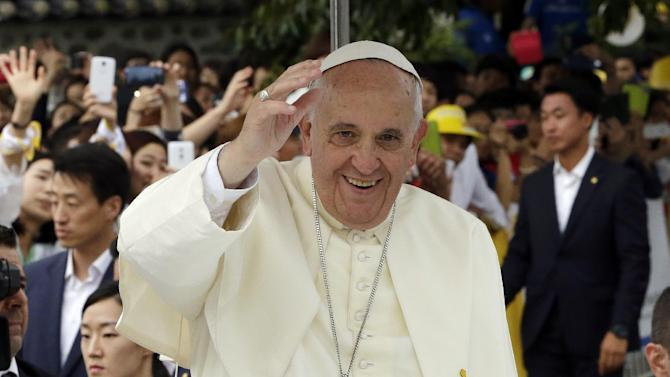 Pope Francis waves to the faithful upon his arrival for the Closing Holy Mass of the 6th Asian Youth Day at Haemi Castle in Haemi, south of Seoul, South Korea, Sunday, Aug. 17, 2014. (AP Photo/Lee Jin-man, Pool)