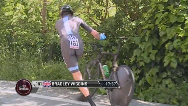 0511 Wiggins had to change bikes in the Giro