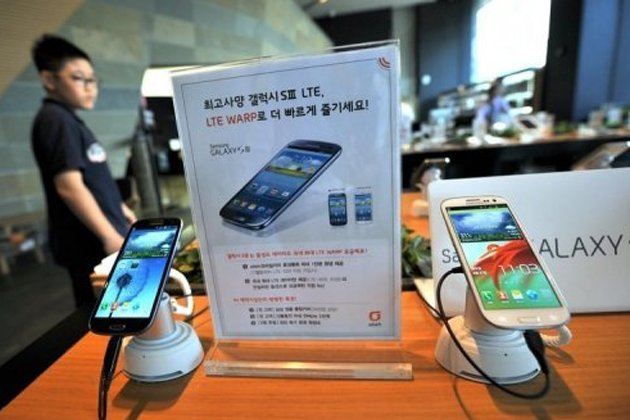 A man walks past Samsung smart phones at a mobile phone shop in Seoul on August 27, 2012. Samsung -- the world's top mobile and smartphone maker -- was ordered by a US jury in August to pay Apple $1.05 billion in damages for illegally copying iPhone and iPad features for its flagship Galaxy S smartphones. (AFP News)
