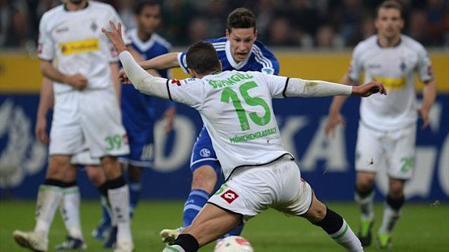 GERMANY, MOENCHENGLADBACH : Moenchengladbach's Spanish defender Alvaro Dominguez (front) and Schalke's midfielder Julian Draxler vie for the ball during the German first division Bundesliga football match Borussia Moenchengladbach (AFP)