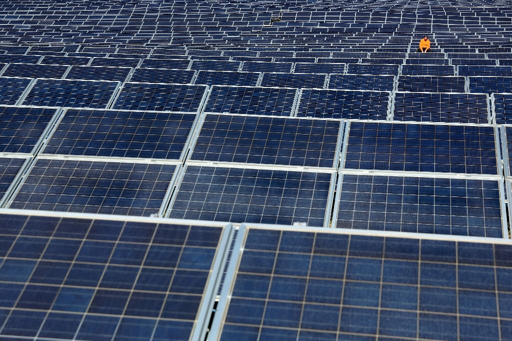 Solar firm Hanergy suspends trading after stocks plunge