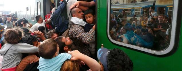 Hundreds of migrants storm Budapest train station