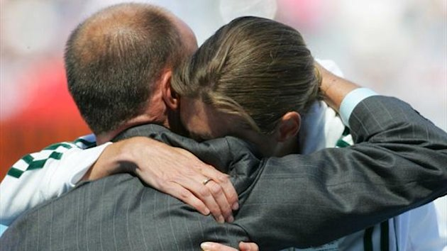 Australia's Kerryn McCann hugs Commonwealth Games chef de mission Steve Moneghetti (Reuters)
