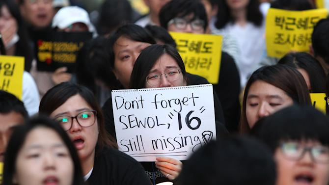 A college student weeps during a rally to demand the government to seek the truth in poor handling of the sinking of the ferry Sewol, in Seoul, South Korea, Saturday, May 24, 2014. More than 300 people are dead or missing in the water off the southern coast in the disaster that caused widespread grief, anger and shame. (AP Photo/Ahn Young-joon)