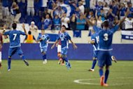 El jugador de El Salvador Isidro Gutirrez (C) celebra su gol ante el italiano AS Roma durante amistoso realizado el 27 de julio de 2012, en el Red Bull Arena en Harrison, New Jersey. AS Roma gan 2-1. El Salvador se mide en amistoso con Guatemala (AFP | don emmert)