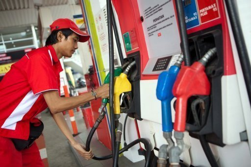 <p>A service station worker pictured at a petrol station in Indonesia's capital Jakarta on May 30, 2012. Growth of global thirst for oil should slow to 2016, the IEA said on Friday, but Middle East tension and supply risks might prevent prices from falling.</p>