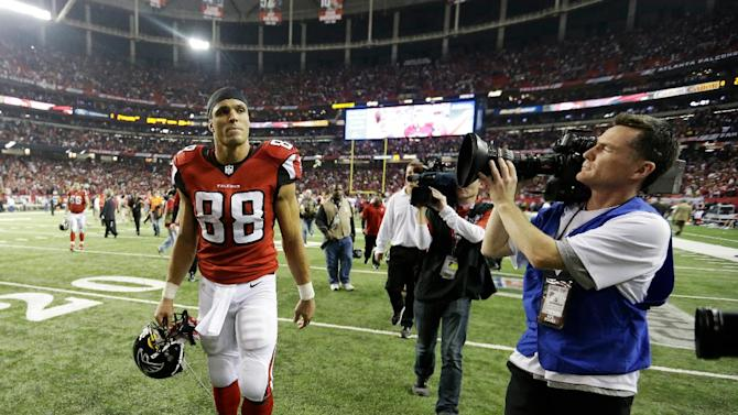 Atlanta Falcons' Tony Gonzalez walks off the field after being defeated by the San Francisco 49ers in the NFL football NFC Championship game Sunday, Jan. 20, 2013, in Atlanta. The 49ers won 28-24 to advance to Super Bowl XLVII. (AP Photo/John Bazemore)