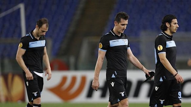 Lazio's players Stefan Radu (L), Miroslav Klose (C) and Sergio Floccari leave the pitch (Reuters)