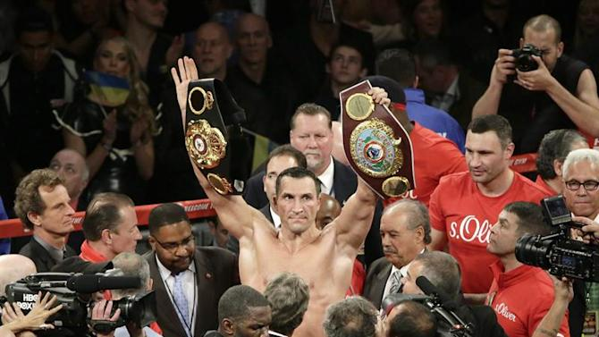 JSX07. New York (United States), 26/04/2015.- Wladimir Klitschko of the Ukraine (C) holds his heavyweight belts after a unanimous decision over Bryant Jennings of the United States at the conclusion of their Heavyweight World Championship title bout at Madison Square Garden in New York, New York, USA, 25 April 2015. (Ucrania, Estados Unidos) EFE/EPA/JASON SZENES