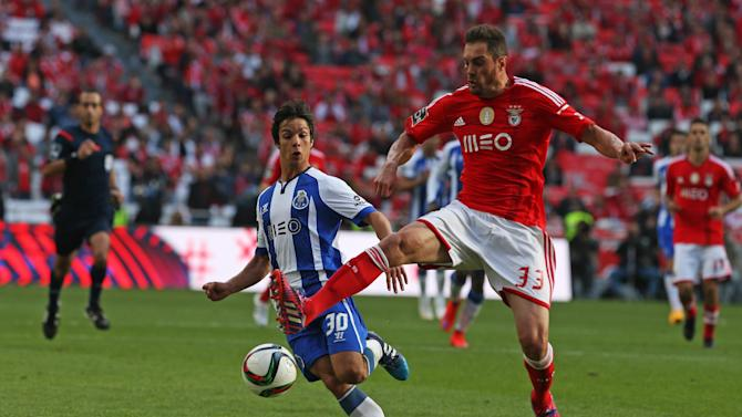 Benfica's Jardel Vieira, right, from Brazil, vies for the ball with Porto's Oliver Torres, from Spain, during the Portuguese league soccer match between Benfica and Porto at Benfica's Luz stadium, Sunday, April 26, 2015, in Lisbon, Portugal. The match ended in a 0-0 draw and Benfica leads the competition ahead of second placed Porto. (AP Photo/Francisco Seco)
