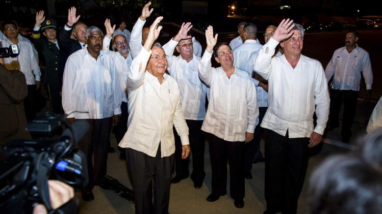 Cuba's President Castro waves goodbye to China's President Xi as he departs from Antonio Maceo Airport in Santiago de Cuba