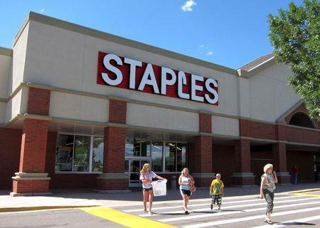 Staples sales fall for eighth straight quarter