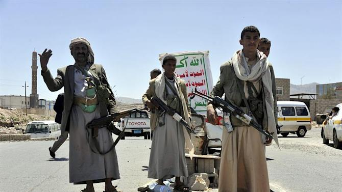 ARH-01. Sana'a (Yemen), 21/09/2014.- Fighters of the Shiite Houthi movement man a checkpoint at a street in Sanaía after they seized control of the northern parts of Sanaía, Yemen, 21 September 2014. Houthi rebels said on 21 September they were preparing to sign a ceasefire agreement with the Yemeni government, even as fierce clashes were underway in the capital Sana'a. Fighting between Houthi gunmen and Sunni rivals backed by army forces broke out in Sana'a early last week, and spread to wider areas of the capital on 18 September. EFE/EPA/YAHYA ARHAB