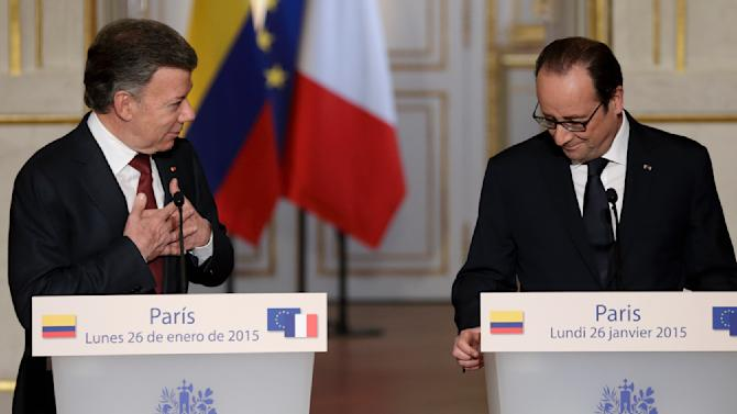 French President Hollande and Colombia's President Juan Manuel Santos attend a news conference at the Elysee Palace in Paris