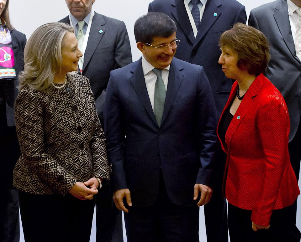 US Secretary of State Hillary Rodham Clinton, left, Turkish Foreign Minister Ahmet Davutoglu, centre, EU foreign policy chief Catherine Ashton right, pose with diplomats at the Global Counter Terrorism Forum in Istanbul on  Thursday June 7, 2012. (AP  Photo/Saul Loeb, Pool)