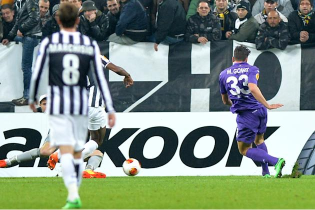 Fiorentina forward Mario Gomez, right, scores the 1-1 equalizer during an Europa League, round of 16, soccer match between Juventus and Fiorentina at the Juventus stadium, in Turin, Italy, Thursday, M