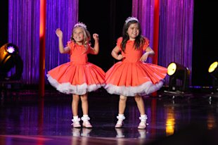 Sophia Grace and Rosie Perform 'Thrift Shop'