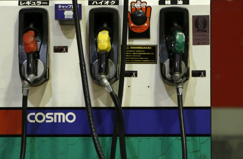 Oil prices fall on strong dollar, U.S. output rise expectations