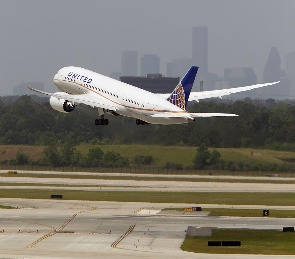 United restarts 787 flights after grounding