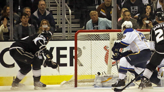 Los Angeles Kings left winger Dustin Penner (25), left, scores a goal against the St. Louis Blues in the first period of Game 4 of the NHL Western Conference Stanley Cup hockey playoff series in Los Angeles, Saturday, May 4, 2013. (AP Photo/Reed Saxon)