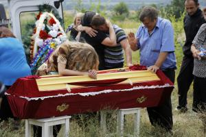 Relatives grieve at the coffin of pro-Russian fighter…
