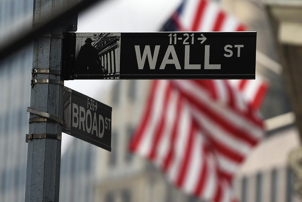 US stocks edge lower on mixed earnings, Greece worries