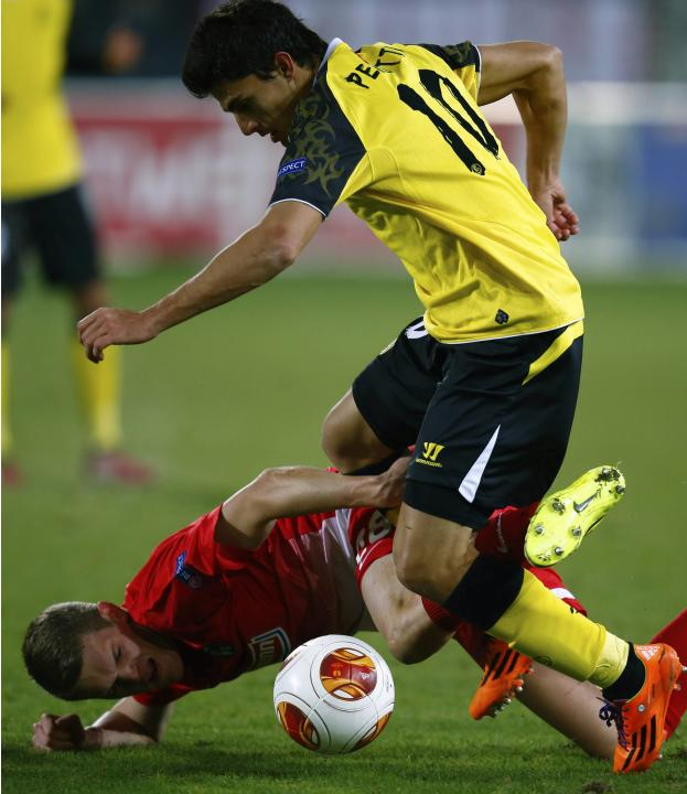 Sevilla's Perotti challenges Freiburg's Ginter during their Europa League soccer match in Freiburg