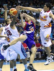 John Wilson battles against JR Quinahan and Jireh Ibanes. (PBA Images)