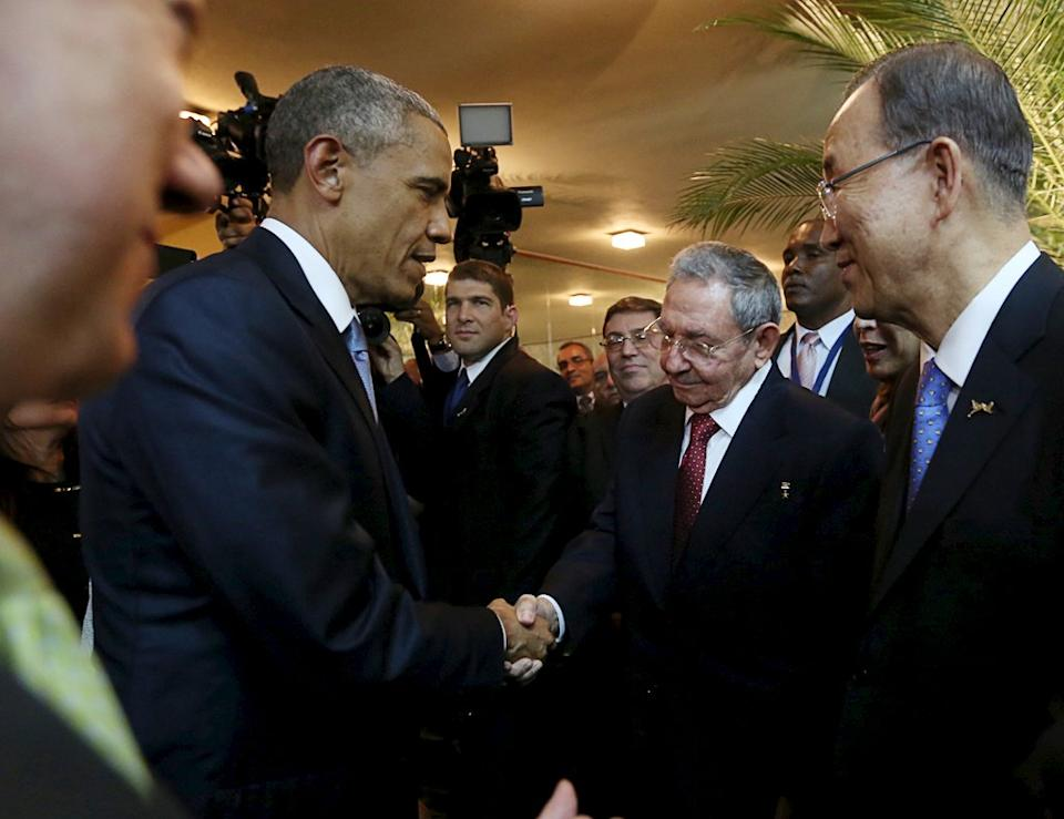 Barack Obama and Raul Castro shake hands as Ban Ki-moon looks on, before the inauguration of the VII Summit of the Americas in Panama City