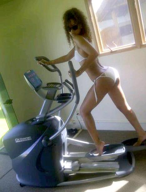 PIC: Rihanna Works Out in a Bikini