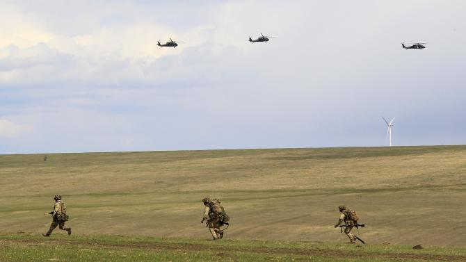 """British soldiers and U.S. military helicopters take part in the """"Wind Spring 15"""" military exercises at Smardan shooting range"""