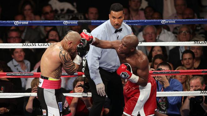 Floyd Mayweather Jr. (R) Lands AFP/Getty Images