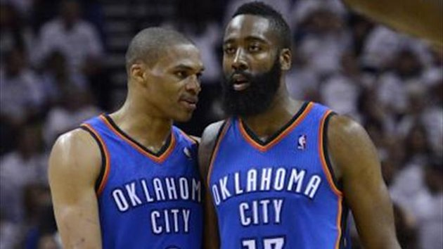 Russell Westbrook (l) und James Harden haben die Oklahoma City Thunder zum Sieg gefhrt. Foto: John G. Mabanglo